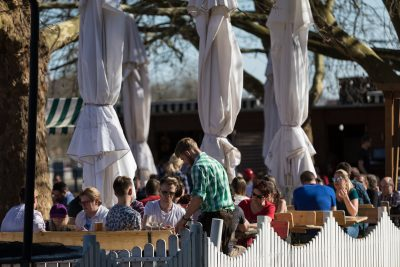 Zahlreichen Menschen besuchen am ersten warmen Wochenende des Jahres bei Temperaturen um 21 Grad am Samstag (07.04.18) den Biergarten Goldene Gans an der Alten Mainbrücke. Foto: Patty Varasano